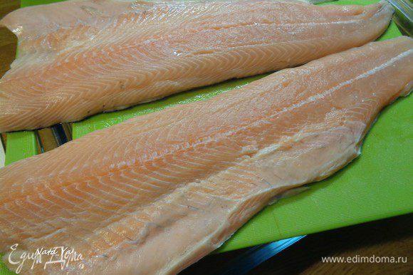 Рыбу помыть, разделать, почистить и приготовить филе. Или взять готовое.