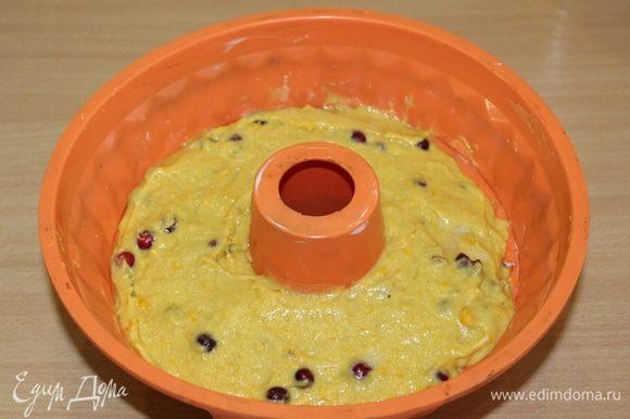 Перелейте тесто в подготовленную форму.