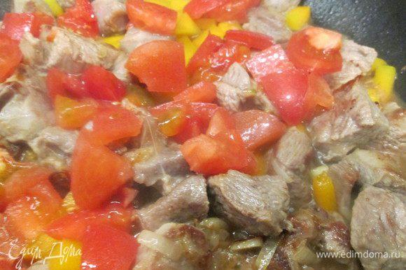 Теперь кладем нарезанные помидоры, добавляем 0,5 стакана воды, соль, перец, карри и готовим еще 20 минут.