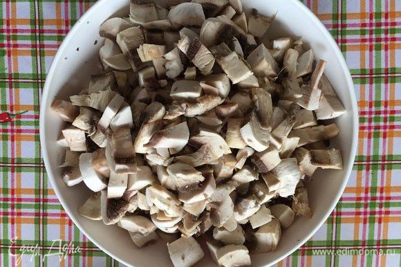 Как придется режем грибы, все равно потом будем пюрировать.