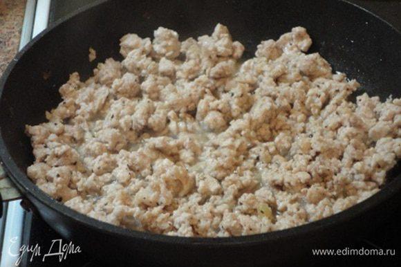 В свободной сковороде разогреваем 1 ст. л. растительного масла и обжариваем свиной фарш минут 10. Также солим и перчим. Соединяем с овощами. Начинка готова.