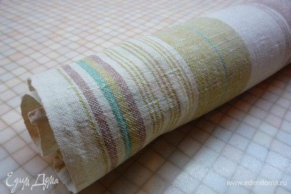 Готовый бисквит снимаем с противня вместе с бумагой. Можно перевернуть его на полотенце, посыпанное сахаром, чтобы не прилип. Сворачиваем верхней поверхностью внутрь и даем остыть.