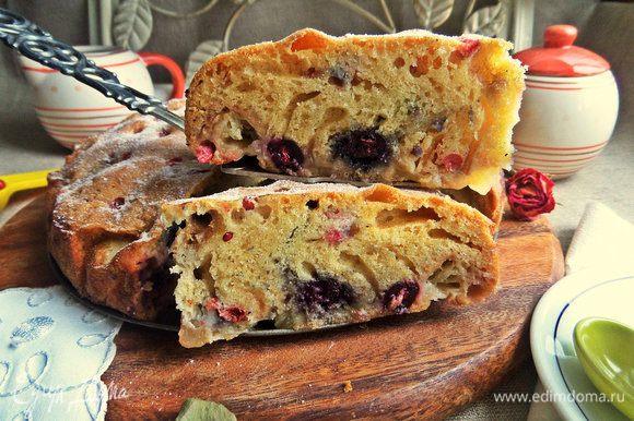 Бисквит-пирог хорошо поднялся, поэтому яблок и ягод смело можно брать больше, кто любит.