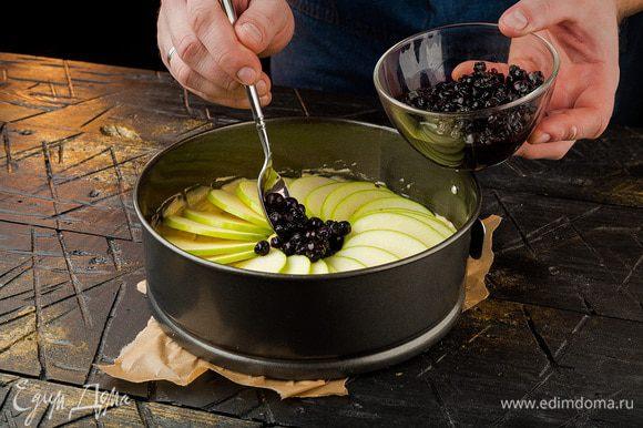 Предварительно форму выстелить пергаментом и промазать маслом. В форму выложить тесто, сверху на него — мелко нарезанные яблоки (сбрызнуть лимонным соком), далее — чернику. Поставить пирог в духовку на 15 минут при 180°С.