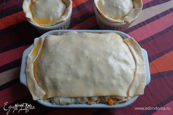 Размороженное слоеное тесто раскатываем по диаметру формы с запасом, чтобы получилась красивая юбочка. Верх теста смазываем растопленным сливочным маслом.