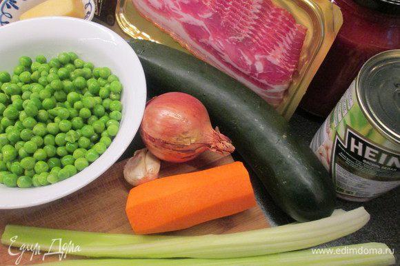 Отвариваем макароны в кипящей подсоленной воде до полуготовности. В это время занимаемся овощами и беконом.