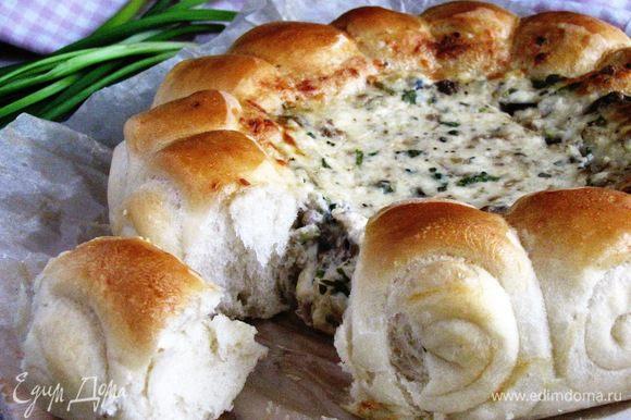 Кушаем, отламывая булочку и обмакивая в сырно—грибной соус. Запиваем чаем.:) Булочки мягкие и пушистые, соус потрясающе вкусный! Приятного аппетита!