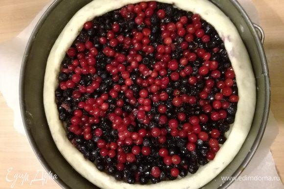 Выложить ягоды. Посыпать сахаром. Я люблю не очень сладкую начинку, поэтому добавляю не более 1 ст. л. сахара.