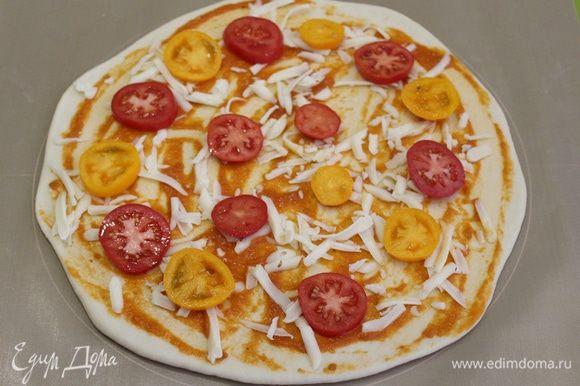 Выложите тесто на подпыленную мукой поверхность и раскатайте до толщины 2 — 3 мм, диаметром около 30 см. Затем тесто намазать томатным соусом, натереть сыр моцарелла, выложить дольки помидор.