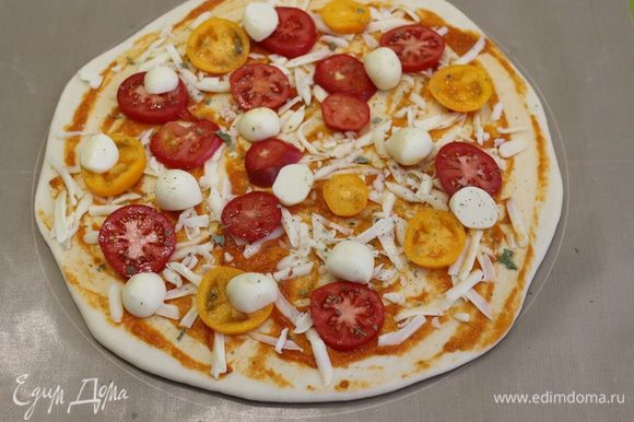 Выложить шарики скаморцы, посыпать орегано. Отправляем пиццу в нагретую печь 200 — 230°С, на 5 — 10 минут.