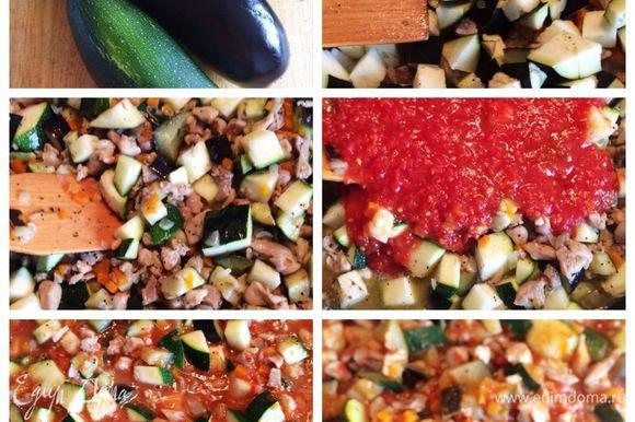 От себя решила добавить в начинку по одному цукини и баклажан. Нарезаем кубиком, отправляем в сковородку. Немного томим овощи с мясом. Затем добавляем томатный соус (у меня домашняя заготовка) или мелко нарезанные помидоры, штук 5-6. Тушим всю начинку минут 20-25 до загустения. Пробуем, если надо еще солим, перчим по вкусу.