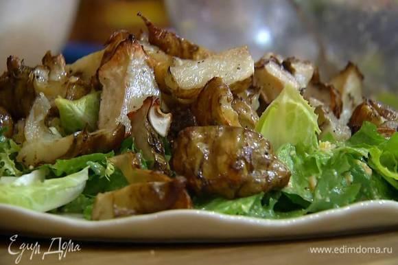 Цикорий разобрать на отдельные листочки, выложить на салат, а сверху поместить обжаренный топинамбур.