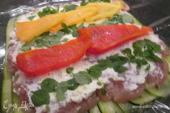 Между полосками базилика нужно уложить кусочки разноцветного перца, запеченного прежде в духовке (кожуру снять). Можно заменить вялеными помидорами.