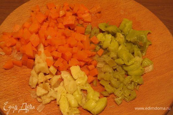 Нарезаем отварные овощи.
