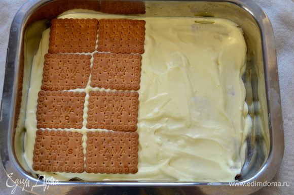 Теперь взять форму с бортиками желаемого размера и выкладывать слоями: смоченное в кофе печенье, крем, печенье, крем. Если используете савоярди, то как минимум делайте 2 слоя печенья, мне нравится десерт повыше, поэтому я делаю 4 слоя. В готовом виде десерт прекрасно держит свою форму!