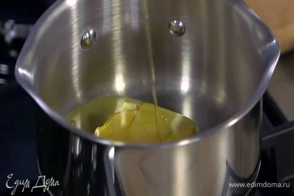 Сливочное масло поместить в кастрюлю, влить сахарный сироп и растопить все на медленном огне.