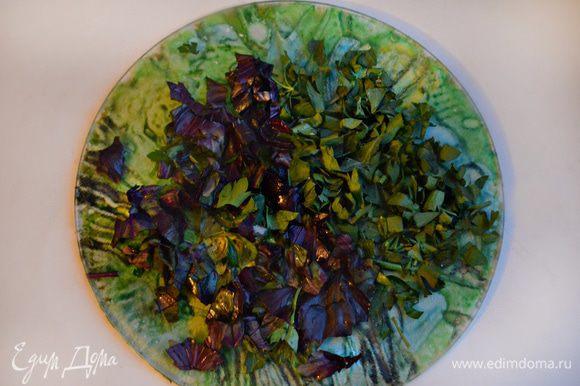 Вымойте зелень петрушки и базилик, обсушите и измельчите. Добавьте к начинке и перемешайте.