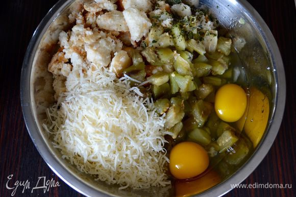 Выложить в миску баклажаны, тертый сыр пармезан (или грана), замоченный предварительно в воде хлеб (лучше всего домашний!) и базилик. Посолить по вкусу! Перемешать тщательно все ингредиенты!