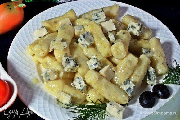 Насыпать горсть сыра сверху на горячие гноччи. Для соуса: нагреть кусочки сыра в сливках или бульоне, довести до кремового состояния и полить сверху.