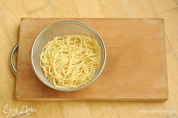 Готовые спагетти откинуть на дуршлаг. Промокнуть спагетти бумажным полотенцем.