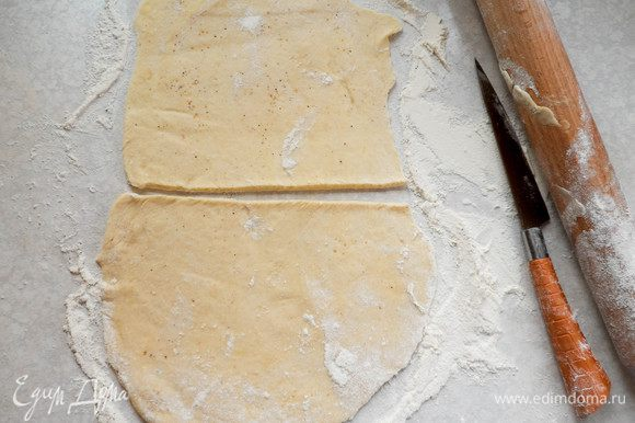 Теперь будем формировать булочки. В этот раз я сделала это двумя разными способами. Способ 1: отделяем от основной массы теста четверть. Раскатываем в пласт толщиной 2—3 мм. Разрезаем его на два прямоугольника.
