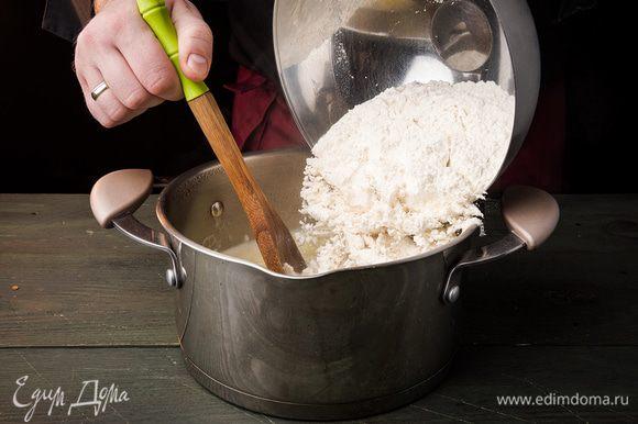 Воду смешать с солью, сахаром и сливочным маслом. Поставить на огонь и довести до кипения. Всыпать муку. Дать массе вскипеть, постоянно помешивая.