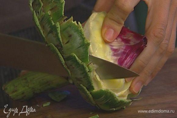 Артишоки отварить в той же воде, накрыв кастрюлю крышкой. Проверить готовность деревянной палочкой — если черенок прокалывается легко, значит, артишоки готовы. Промыть холодной водой, снять грубоватые внешние листья, разрезать артишоки пополам и удалить сердцевину.