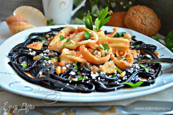 В тарелку выложите порцию спагетти, сверху кальмары с соусом, посыпьте тертым сыром (я в этот раз использовала пекорино) и мелко порубленной петрушкой. Блюдо подавайте горячим тут же к столу! Buon appetito!