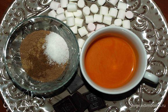 Какао смешать с ванильным сахаром, молотым мускатным орехом, коричневым сахаром. Шоколад поломать на кусочки.