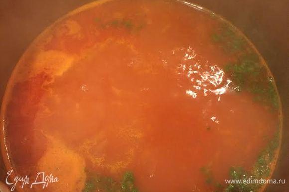 Добавить бульон, дать покипеть 2 — 3 минуты, затем добавить кинзу и варить 3 — 4 минуты.