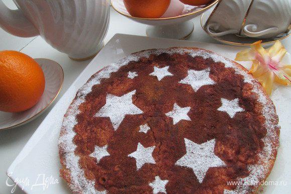 Выкладываем пирог на блюдо, украшаем на свой вкус корицей, сахарной пудрой.