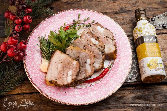 Через 30 минут перевернуть мясо кожей вверх и уменьшить температуру до 200°С. Еще через 30 минут уменьшить температуру до 180°С и продолжать запекать мясо до готовности (можно накрыть его фольгой, чтобы не подгорало). Праздничное блюдо готово!