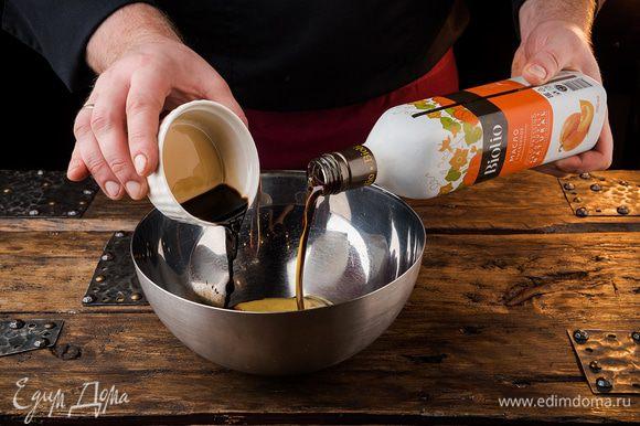 Приготовить заправку, соединив 3 ст. ложки тыквенного масла Biolio, горчицу, уксус. Добавить щепотку молотого перца и все перемешать.