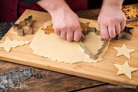 Тесто раскатать скалкой до толщины 6 мм. С помощью фигурных формочек вырезаем печенье.
