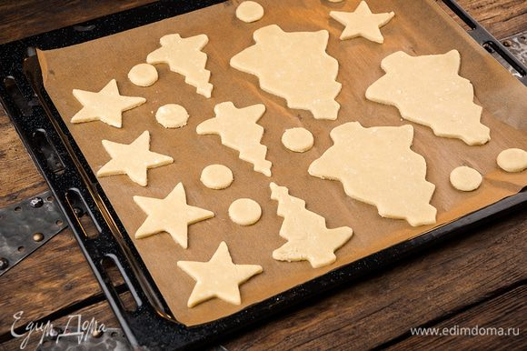 Противень покрыть листом пергамента или силиконовым ковриком. Выпекать печенье 25 минут при 200°С.