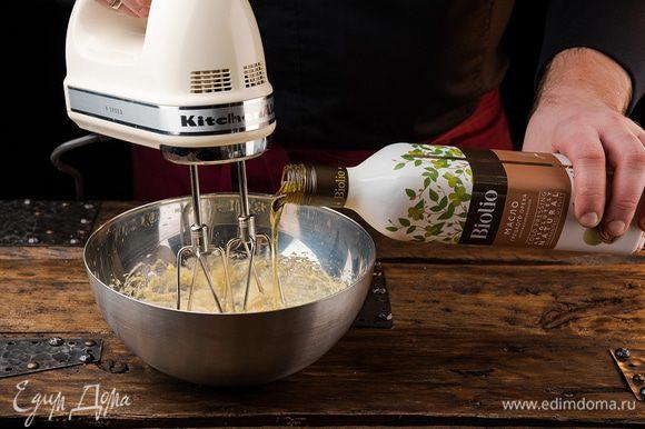 Растереть растопленное сливочное масло и яйцом и сахаром, добавить масло грецкого ореха Biolio. Все тщательно перемешать.