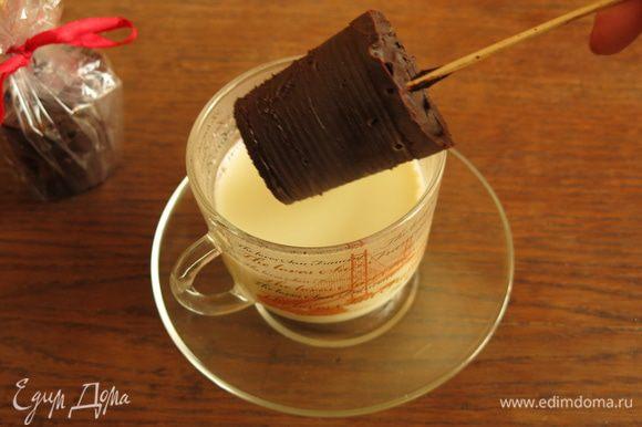Снимаем стаканчик, чуть надрезаем и легко освобождаем шоколад. Опускаем шоколад на палочке в горячее молоко.