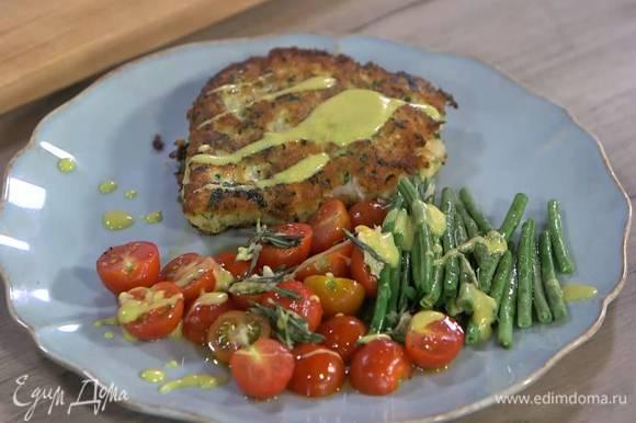 Запеченные овощи и рыбу выложить на тарелку и полить соусом.