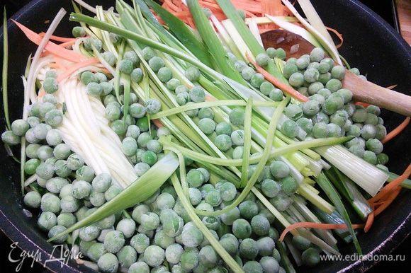 К шалоту добавить овощи и зеленый горошек, пассеровать все вместе в течении 2 — 3 минут, овощи должны слегка опасть. Овощи выложить в форму для запекания (если вы делали на сковороде), посолить и поперчить по вкусу.