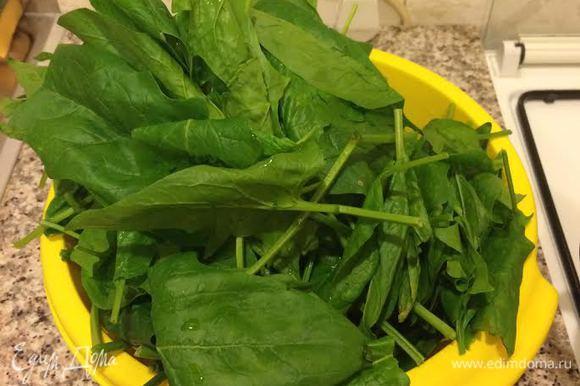 В ингредиентах я указала вес уже вареного, отжатого шпината. Шпинат вымыть и бланшировать в кипящей, подсоленной воде пару минут.