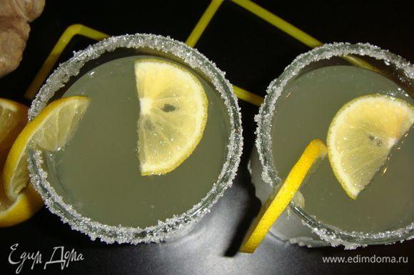 Процеженный напиток слить в 1,5-литровую бутылку и размешать с минеральной водой. Разлить имбирный эль по стаканам и положить по дольке лимона. Вкусный имбирный эль готов!