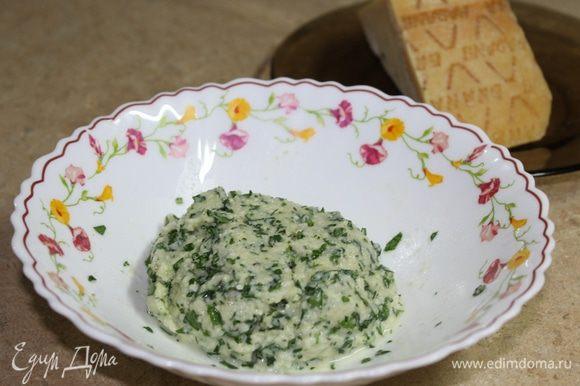 Соедините размоченные хлебные крошки с петрушкой, чесноком и сыром, тщательно перемешайте, добавив соль, перец и немного выделившегося сока от мидий. Начинка готова.