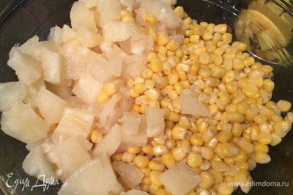 В большой миске смешайте курицу, порезанные на кусочки ананасы, кукурузу.