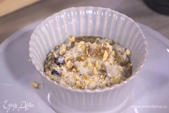 Готовую кашу разложить в тарелки, полить кленовым сиропом и посыпать орехами.