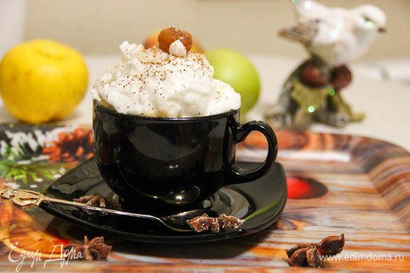 Украсим кофе взбитым белком, корицей и вишней. Кофе получился довольно необычным, с освежающим оттенком. Пробуйте и экспериментируйте!