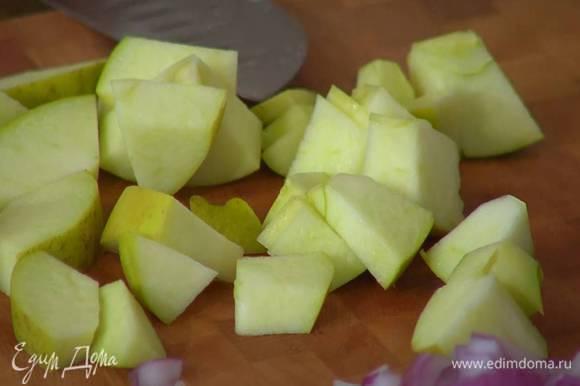 Яблоко, удалив сердцевину, нарезать небольшими кусочками.
