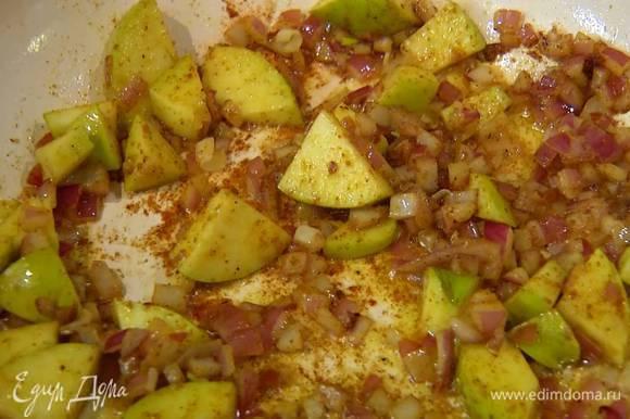 В сковороду, где жарилось мясо, выложить яблоко и красный лук, посыпать карри, перемешать и обжарить так, чтобы лук стал прозрачным.