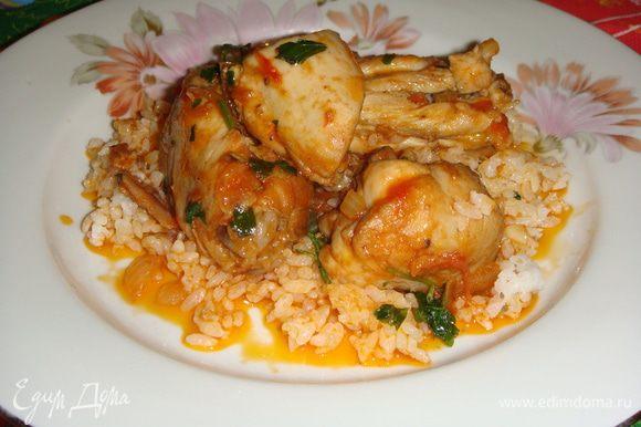 Подавать «Каччиаторе» с рисом или спагетти. Мясо получилось очень вкусным и нежным. Приятного аппетита !