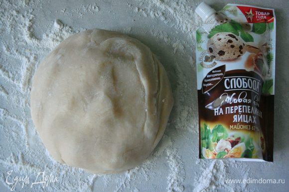Стол присыпать мукой и выложить тесто. Если оно прилипает к рукам, добавить немного муки и вымесить его еще раз.