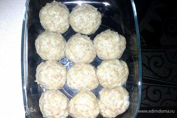 Сформировать круглые котлетки и уложить в стекляную форму для выпекания в духовке.